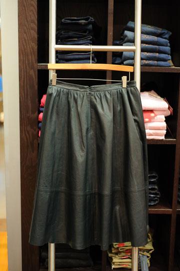 יפה, יפה, אבל לא זולה בכלל. חצאית העור של טומי הילפיגר (צילום: בן קלמר)