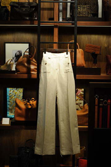 גזרה מחמיאה, צבע חיוור. המכנסיים של קרולינה הררה (צילום: בן קלמר)