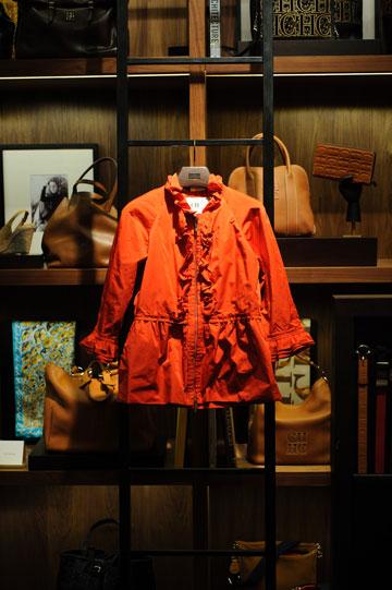 ז'קט אדום של קרולינה הררה. היישר לסל הקניות (צילום: בן קלמר)
