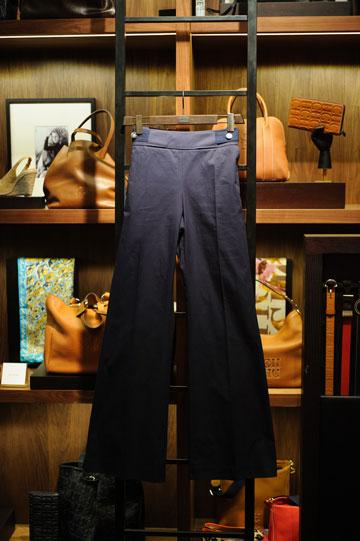 המכנסיים של קרולינה הררה. גזרה גבוהה ומחמיאה (צילום: בן קלמר)