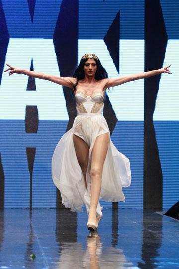 על המסלול בתצוגה של איגי בשבוע האופנה תל אביב. ''פאק דה פאשן בולס!'' (צילום: גיל לרנר)