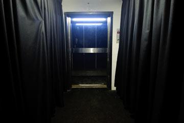 המעלית הסודית מהחניון לחדר ה-VIP (צילום: בן קלמר)