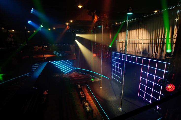 זאת הבמה המרכזית של הרקדניות החשפניות: תאורה צבעונית, מוזיקה, והמופיעות נכנסות דרך מסדרון נסתר מבעד לווילונות (צילום: בן קלמר)