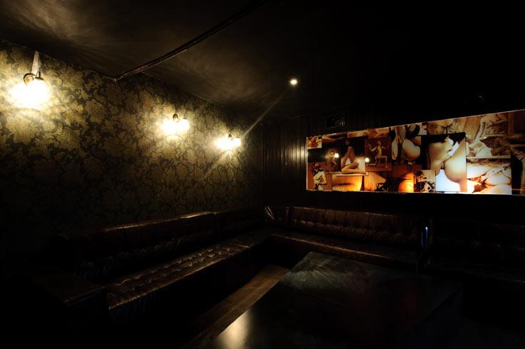 אזורי הישיבה בצד השני של המבנה העגול. ספות עור ודימויים אירוטיים על הקירות (צילום: בן קלמר)