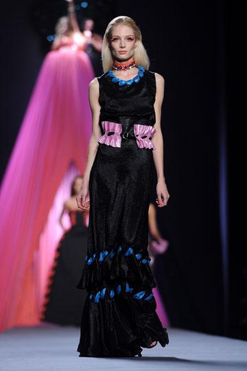 שמלת מקסי דרמטית בתצוגת קיץ 2012 של ויקטור ורולף (צילום: gettymages)