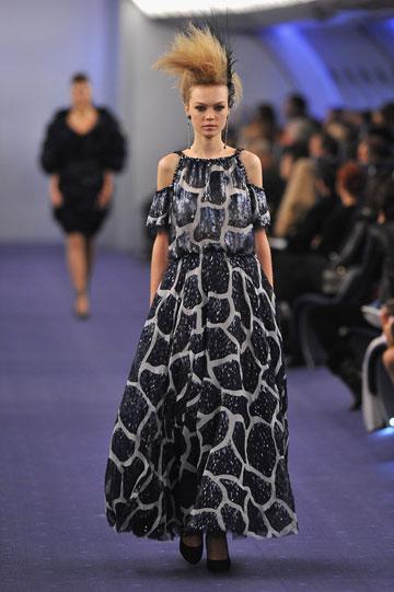 שמלת מקסי בתצוגת הקוטור של שאנל, אביב-קיץ 2012 (צילום: gettymages)