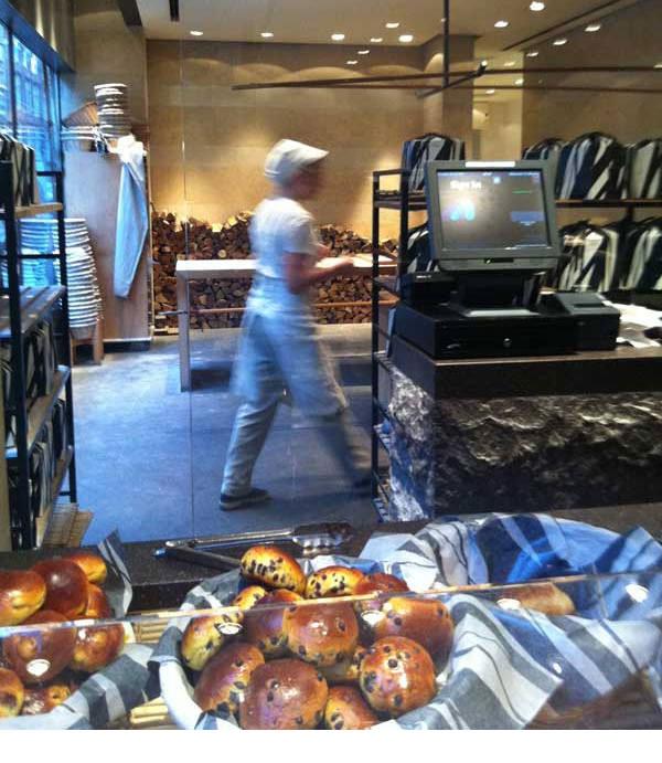 מאחורי הדלפק מסתתרים תנור אבנים ושולחנו של אופה הלחם. מסעדת פרינצ'י (צילום: עודד מזרחי)