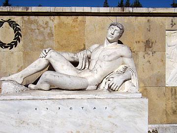 אנדרטה מיתולוגית לזכר מלחמות יוון-פרס (צילום: מורן זלמה)