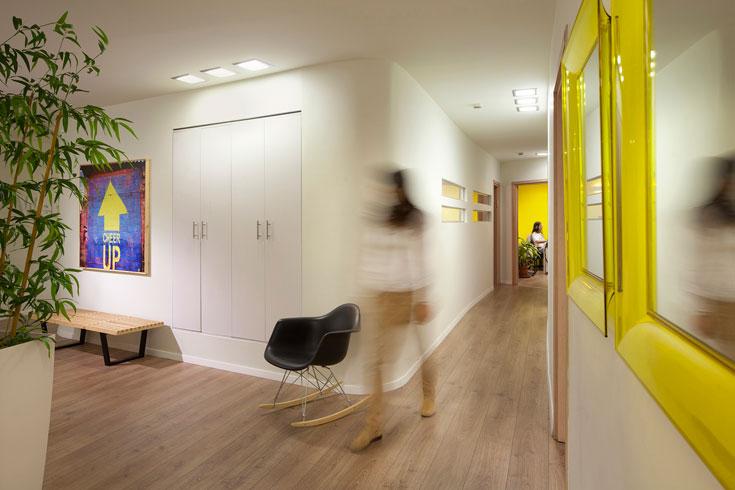 המעצבות טלי רוזנשטיין ורקפת גולדפרב חילקו מחדש את החלל, ולאחר שנבנו שוב הקירות בחרו להלבישו בסגנון ''אקלקטי, שמשלב רטרו ועכשווי''. הצהוב נבחר כמוטיב מחיה, שיאזן ויחמם את החלל הבהיר והנקי (צילום: שי אפשטיין)