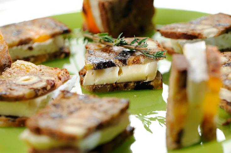 ריבועי סיינה עם גבינת עזים (צילום: דודו אזולאי)
