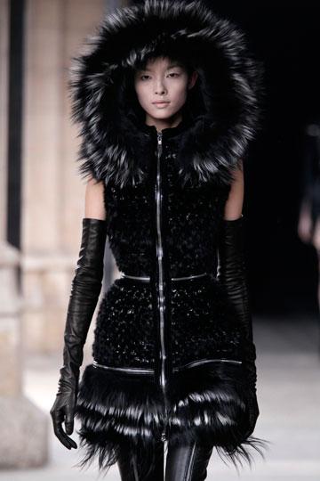 בגדים מעור ופרווה בקולקציית חורף 2012 של אלכסנדר מקווין (צילום: אתר www.fur-style.com )