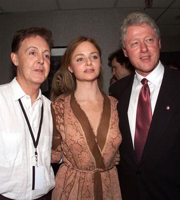 סטלה מקרטני עם אבא פול ונשיא ארצות הברית לשעבר ביל קלינטון (צילום: gettyimages)