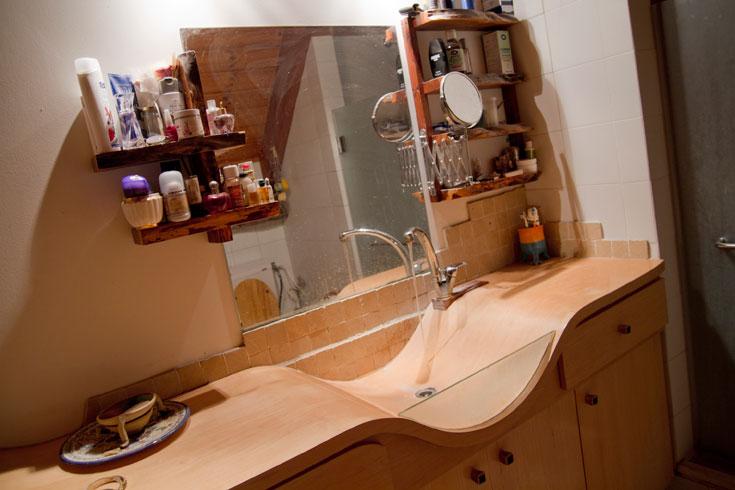 אפילו הכיור שבחדר הרחצה של ההורים עשוי שכבות מתעגלות ומודבקות של דיקט (צילום: יניב ברמן)