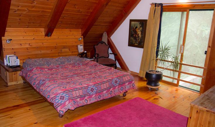 חדר השינה שנמצא בקומה השנייה, בחלל שיצר משולש הגג (צילום: יניב ברמן)