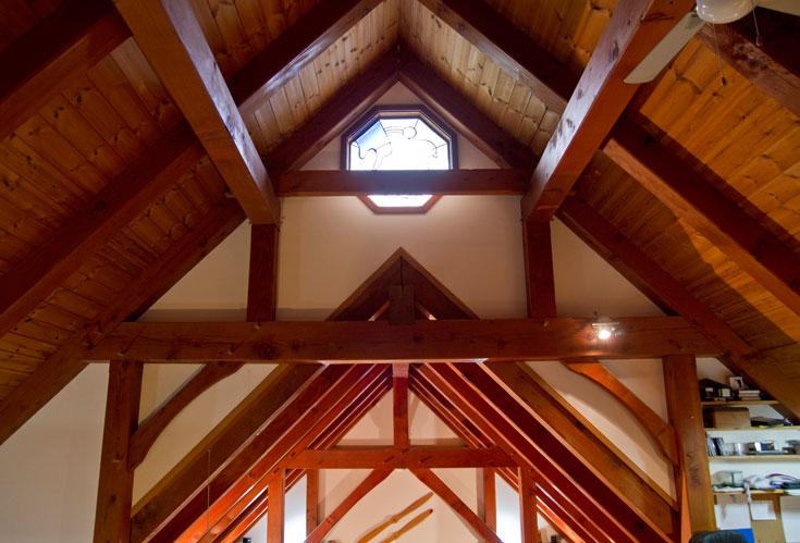 הקורות המיוחדות מהודקות זו לזו ויוצרות צורת משולש. הלחץ מחזיק את הגג, ללא צורך במחברים (צילום: יניב ברמן)
