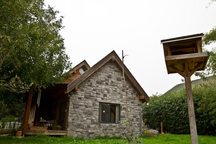 חזית אחת של הבית מחופה אבן (צילום: יניב ברמן)