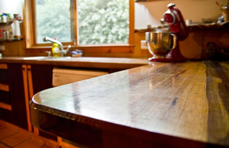 לא רק המעטפת עשויה עץ: בעל הבית הוא נגר אומן, והבית מלא פריטי עץ מיוחדים, כמו משטח העבודה במטבח, שעשוי מעץ אגוז ברזילאי (צילום: יניב ברמן)