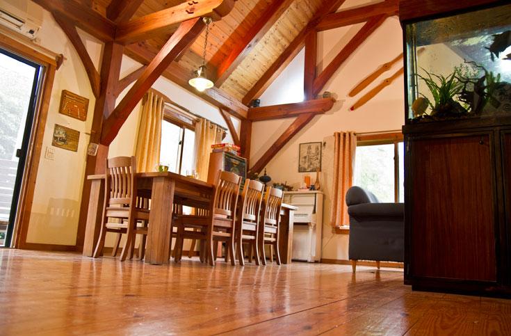 עץ מלא הונח על הרצפה. בתוך הבית חולק החלל באמצעות קירות גבס, בגלל חששם של בעלי הבית מגודש ויזואלי (צילום: יניב ברמן)