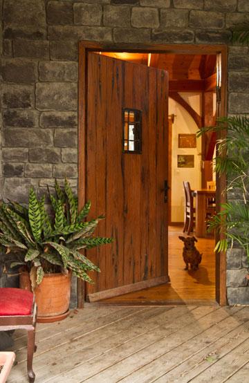 דלת הכניסה עשויה עץ מנגו עתיק (צילום: יניב ברמן)