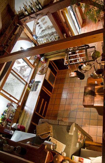 מבט מהקומה השנייה אל המטבח (צילום: יניב ברמן)
