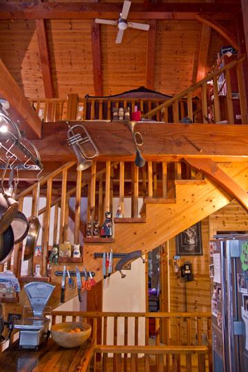המדרגות אל הקומה השנייה שבחלל הגג (צילום: יניב ברמן)