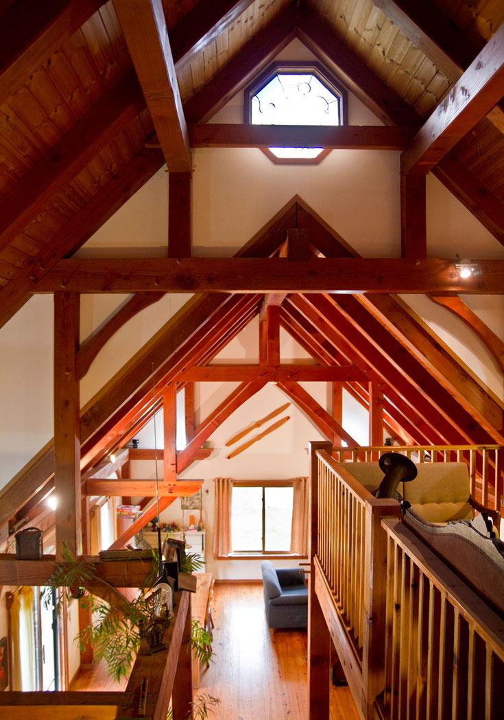 בית שכולו עץ במושב תימורים. בנוי בצורת אסם אמריקאי בסגנון עתיק, ולכן נדרשו עצים מפנסילבניה, שגדלים לגובה עצום (צילום: יניב ברמן)