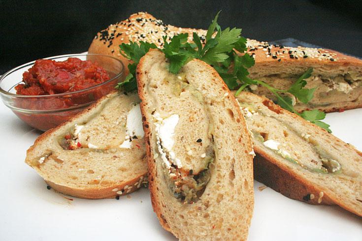לחם במילוי חצילים וגבינת עזים (צילום: ילנה ויינברג)