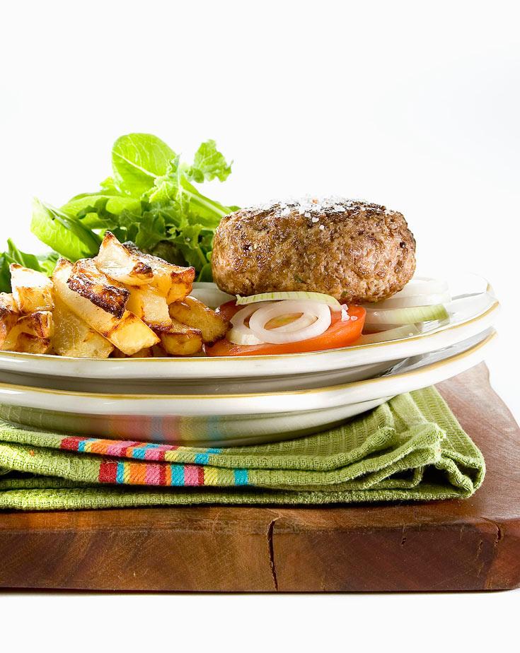 גם בדיאטה. המבורגר וצ'יפס אפוי (צילום: יוסי סליס סגנון: נטשה חיימוביץ' )