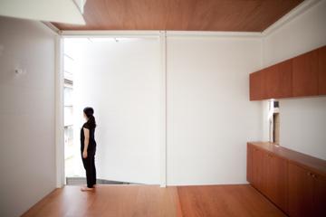 התקרה גבוהה בקומה הזו, ובקומת הילד  - רק 1.7 מטר (צילום: Ken Sasajima)
