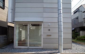 הכניסה. חדר השינה והמחסן מחופרים (צילום: Ken Sasajima)