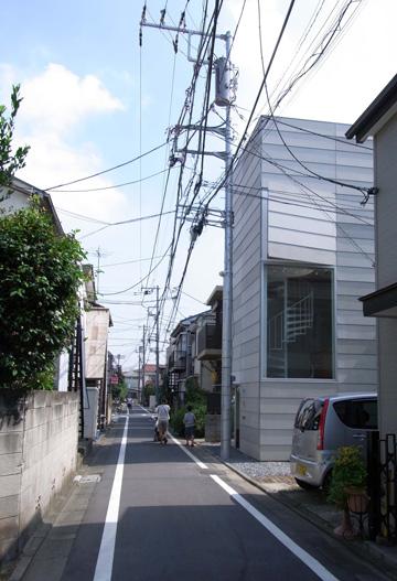 הבית על רקע הרחוב. מגרשים קטנים כאלה אין בישראל (צילום: Ken Sasajima)