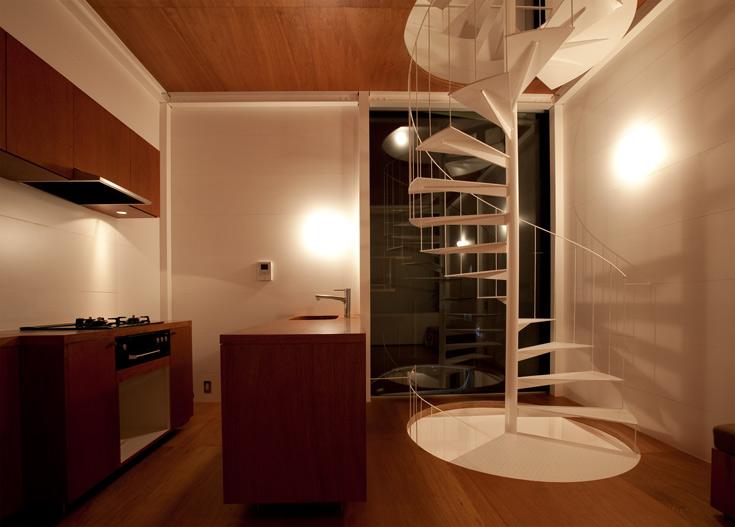 כל קומה היא בעצם חדר ששטחו 16 מ''ר, ורבע ממנה מיועד למדרגות ספירליות. הסתפקות במועט (אפשר להניח שגם כאשר הבית ירוהט, הוא לא יהיה דחוס) (צילום: Ken Sasajima)