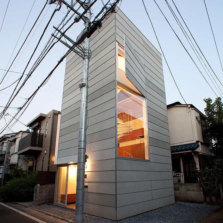 זהו הבית הפרטי שהוקם באזור צפוף של טוקיו, על שטח זהה לדירת שיכון קטנה בישראל. לא כל השטח נוצל (צילום: Ken Sasajima)