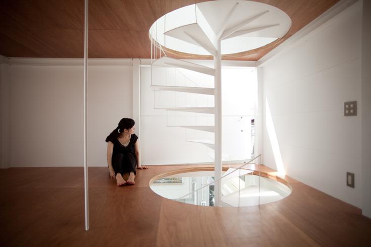 לנוכח מגבלת השטח, ניסה האדריכל להעניק תחושת מרחב מקסימלית. קירות שהם למעשה חלונות מחדירים אור-יום פנימה (צילום: Ken Sasajima)