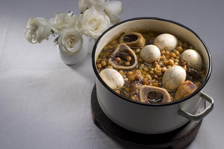 כמה עצמות בקר עם מח יוסיפו טעם נפלא לחמין (צילום: רן גולני, סגנון: דלית מרחב)