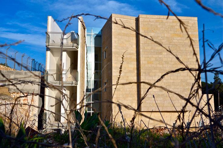 אסור היה לפגוע במעמדו של מוזיאון ישראל הסמוך, ולכן נחפרה הגבעה כדי למקם חלק גדול מהקמפוס מתחת לקרקע (צילום: איתי סיקולסקי)