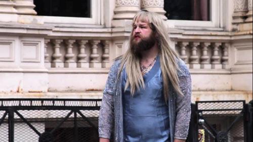 פטריק פופ בתפקיד פאשניסטה בשבוע האופנה בניו יורק