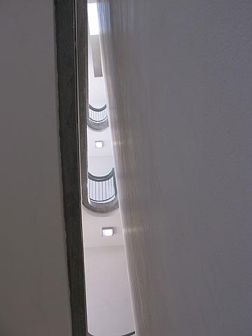 האור שחודר מלמעלה למסדרונות (צילום: מיכאל יעקבסון)