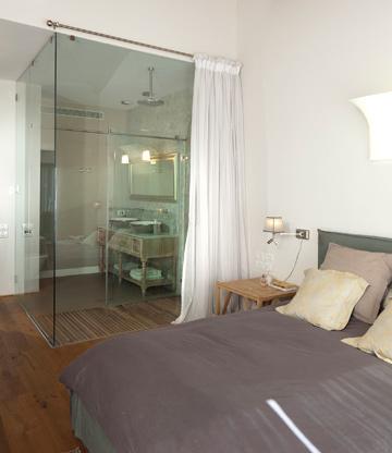 בחדר ההורים מקלחון גדול עם קירות זכוכית (צילום: שי אפשטיין)