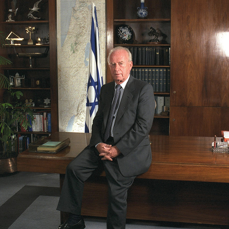 גם את לשכתו של ראש הממשלה יצחק רבין הוא עיצב, כמו גם של שרים בממשלה (צילום: סער יעקב, לעמ)