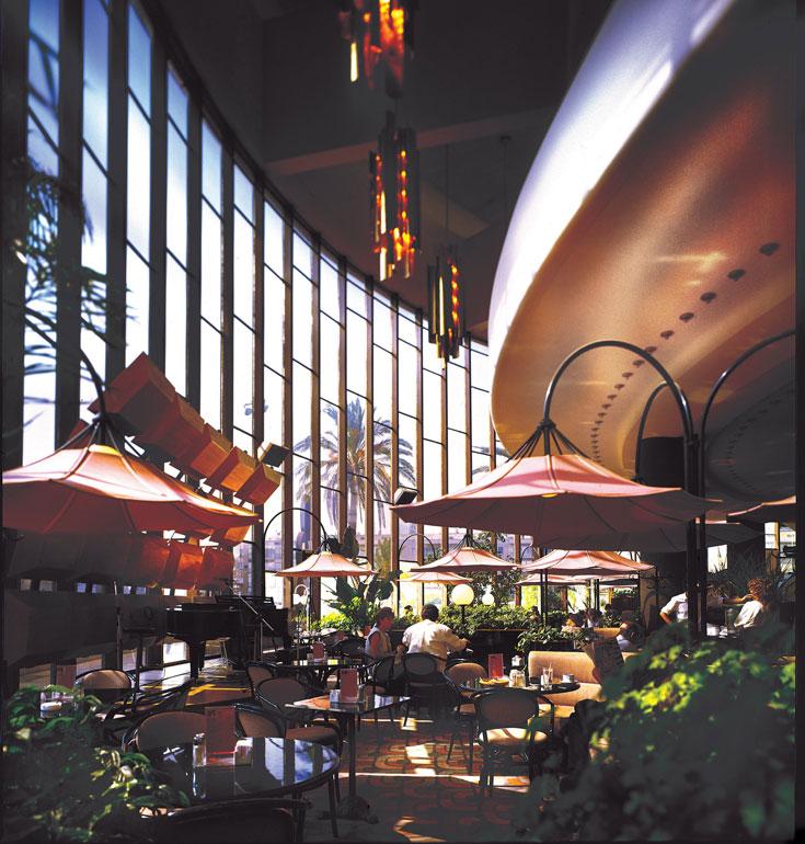 דרישת שלום טרופית משנות ה-80: קפה ''הבימה'' בעיצובו של דה מאיו. אין כל קשר ללובי הנוכחי (באדיבות דוד דה מאיו)