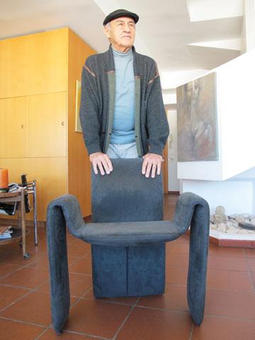 דוד דה מאיו אוחז בכיסא בעיצובו, השבוע בביתו ברמת גן (צילום: מיכאל יעקובסון)