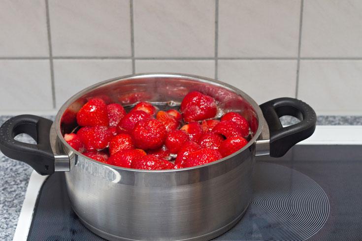 כדאי להניח את הפירות והסוכר בסיר כמה שעות לפני הבישול (צילום: shutterstock)