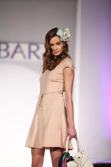דוגמנית צעירה ואנונימית מציגה שמלת מיני (צילום: שי וליץ)