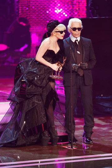 עם ליידי גאגא. עוד אחת מהמוזות שלו (צילום: gettyimages)