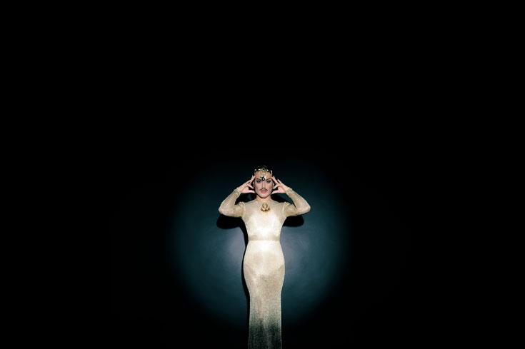 קתרין הפבורן: שמלה, שרשרת וכתר, אלון ליבנה; נעליים, בוטיק Vanity (צילום: איתן טל)