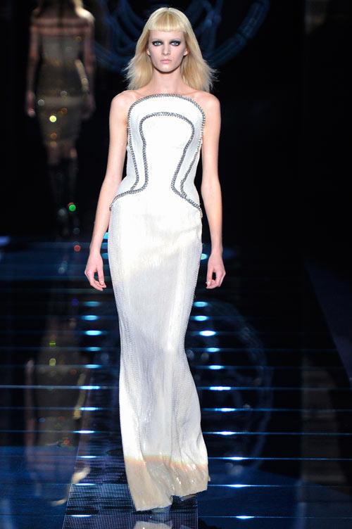 תצוגת האופנה של ורסאצ'ה במילאנו (צילום: gettyimages)