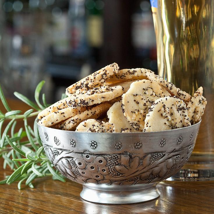 עוגיות פריכות של גבינת צ'דר ופרג (צילום: כפיר חרבי, סגנון: עמית דהאן)