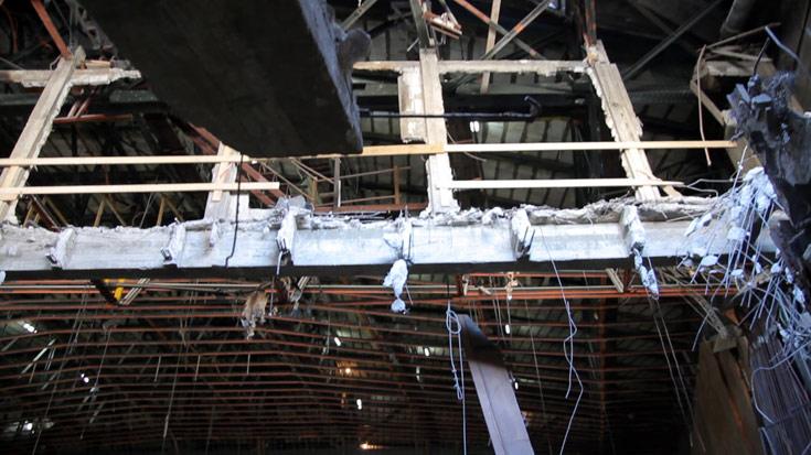 וכך נראה ההיכל כעת. חפירת המרתף, בשטח של 4,000 מ''ר, משאירה את רוב המבנה תלוי באוויר (צילום: יניב ברמן)
