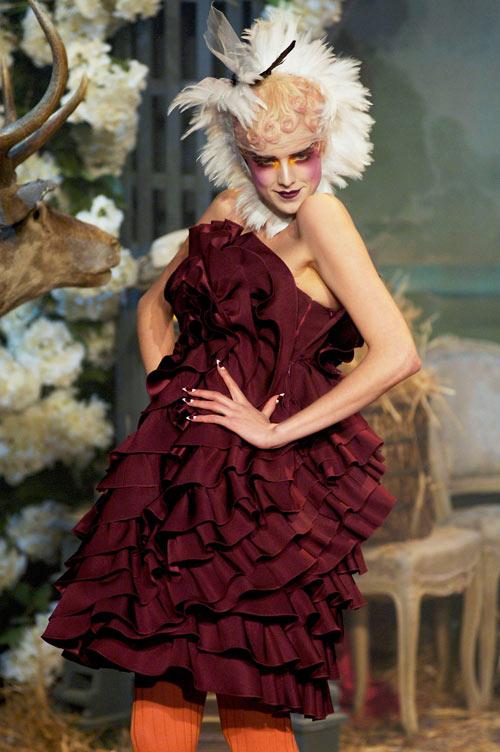 מדגמנת בתצוגת אופנה של ג'ון גליאנו, 2007 (צילום: gettyimages)